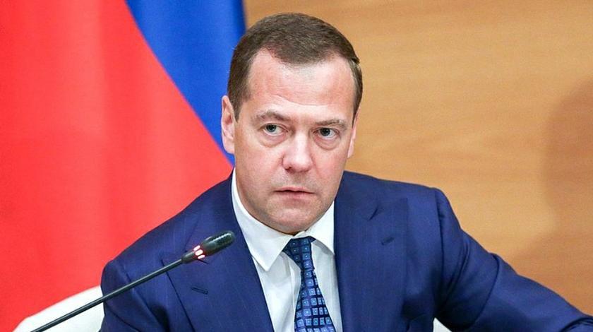 Медведев поручил ограничить импортные стройматериалы на госстройках
